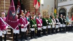 Versammlung vor dem Dom nach einem gelungenen Gottesdienst
